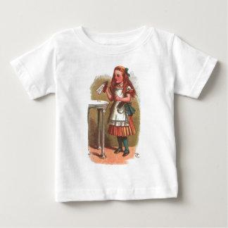 私を飲んで下さい!  不思議の国のアリス ベビーTシャツ