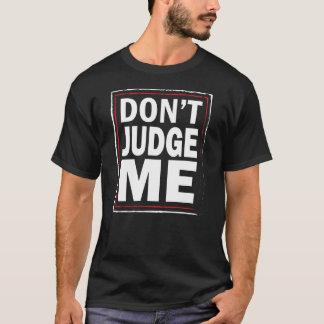 私を-おもしろいな人の黒いTシャツ判断しないで下さい Tシャツ