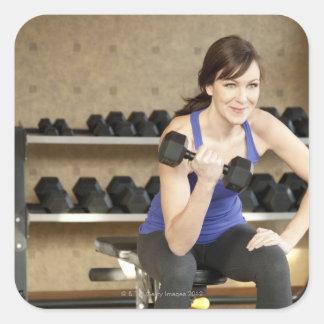 私用の活動的な女性の持ち上がる重量 スクエアシール