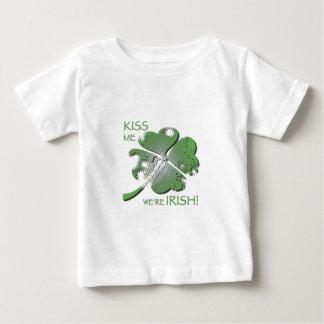私達によってがアイルランド語である私に接吻して下さい! ベビーTシャツ