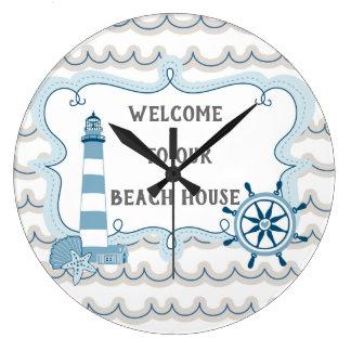 私達のビーチハウスの青および灰色への歓迎 ラージ壁時計