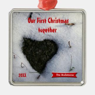 私達の初めてのクリスマス-雪のテンプレートのハートの石 メタルオーナメント