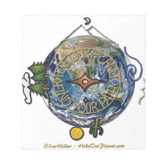 私達の惑星のハイカーの精神のコンパスの地球をハイキングして下さい ノートパッド