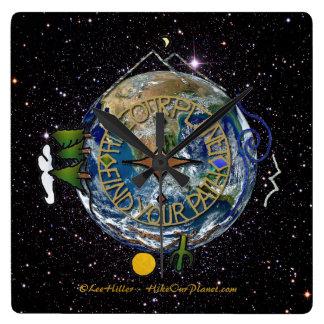 私達の惑星のハイカーの精神のコンパスの宇宙をハイキングして下さい スクエア壁時計