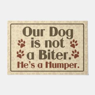 私達の犬は噛む人のユーモアではないです ドアマット