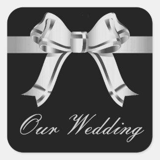 """""""私達の結婚式""""の-銀か灰色の弓およびリボン[a] スクエアシール"""