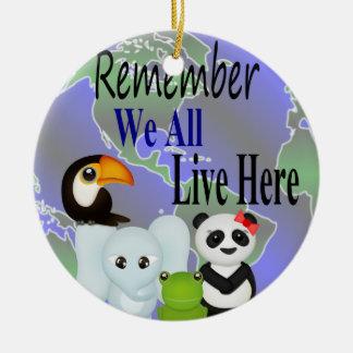 私達はすべて動物世界のここに住んでいます セラミックオーナメント
