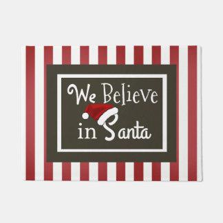 """""""私達はサンタで""""のクリスマス信じます ドアマット"""