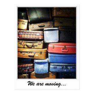 私達はスーツケースの積み重ねを動かしています ポストカード