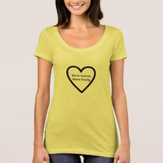 私達は人間です。 私達は家族の引用文の女性のTシャツです Tシャツ