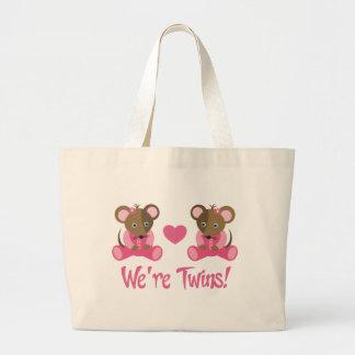 私達は双生児のピンクの女の子のネズミのギフトです ラージトートバッグ