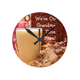 """""""私達は祖母の時間に""""及びクッキーおよびミルクここにいます ラウンド壁時計"""