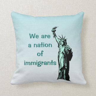 私達は移民の装飾用クッションの国家です クッション