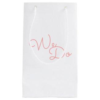 私達は|のピンクのモダンなタイポグラフィの結婚をします スモールペーパーバッグ