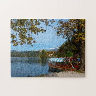 秋に出血する湖のツーリストボート ジグソーパズル