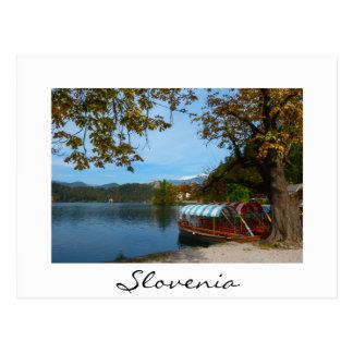 秋に出血する湖のツーリストボート ポストカード
