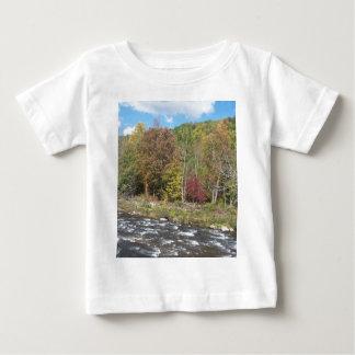 秋のさくらんぼの川 ベビーTシャツ