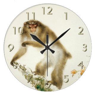 秋のさくらんぼを持つ古い猿 ラージ壁時計