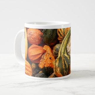 秋のひょうたんの背景 ジャンボコーヒーマグカップ