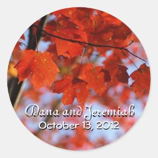 秋のアメリカハナノキの葉および青空 丸形シールステッカー