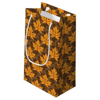 秋のオレンジおよび茶色のかえでの葉 スモールペーパーバッグ