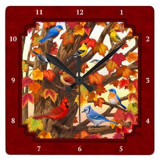 秋のカエデの木の赤の鳥 スクエア壁時計