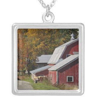 秋のクラシックな田園納屋または農場の側の道、 シルバープレートネックレス