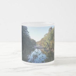 秋の不精な川 フロストグラスマグカップ