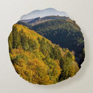 秋の丘の景色、カラフルな群葉 ラウンドクッション