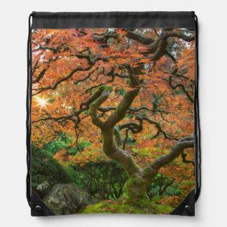 秋の日本人の庭のカエデの木 ナップサック