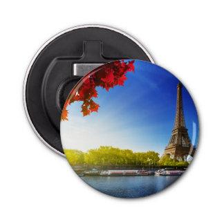 秋の時間のエッフェル塔が付いているパリのセーヌ河 栓抜き