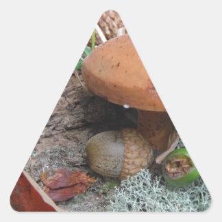 秋の森林床のドングリのきのこおよびコケ 三角形シール