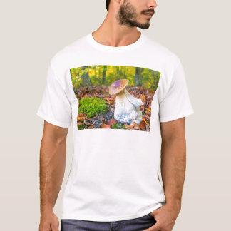 秋の森林床の食用のporciniのきのこ tシャツ