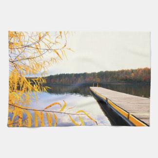 秋の湖のボートの波止場 キッチンタオル