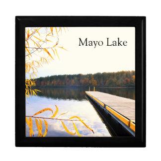 秋の湖のボートの波止場 ギフトボックス
