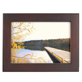 秋の湖のボートの波止場 ジュエリーボックス