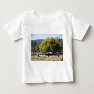 秋の牧場 ベビーTシャツ
