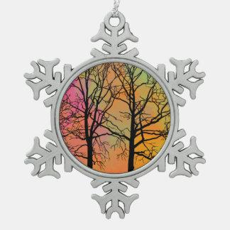 秋の空の木のシルエット スノーフレークピューターオーナメント