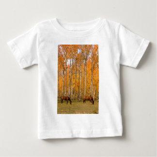 秋の2頭の牧草を食べる馬 ベビーTシャツ