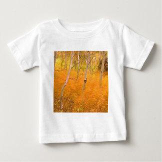 秋の《植物》アスペンおよび風に吹かれた草アイダホ ベビーTシャツ