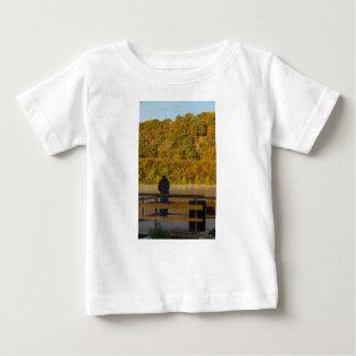 秋のfishing湖スプリングフィールド ベビーTシャツ