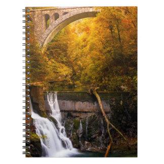 秋のVinrgarの峡谷渓谷の滝 ノートブック