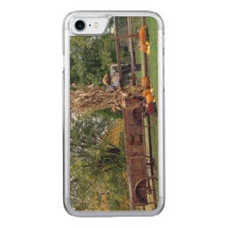 秋場面昔の農場のカート、かかし、カボチャ CARVED iPhone 8/7 ケース