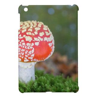 秋季の緑のコケが付いている1ベニテングタケ iPad MINI カバー