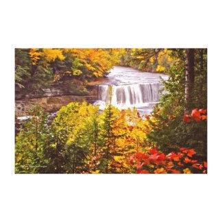 秋色のTAHQUAMENONの滝(ミシガン州U.P.) キャンバスプリント
