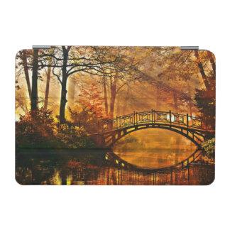 秋-秋の霧深い公園の古い橋 iPad MINIカバー