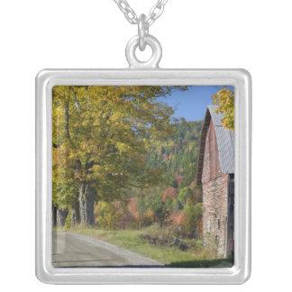 秋、2のクラシックな田園納屋または農場の側の道 シルバープレートネックレス