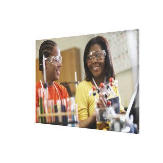 科学のクラスのアフリカ系アメリカ人の10代の若者 キャンバスプリント