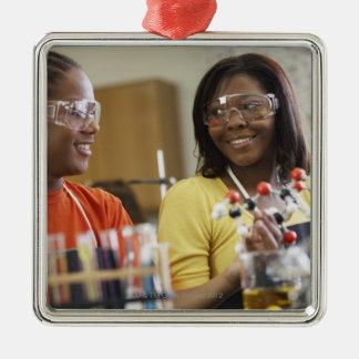 科学のクラスのアフリカ系アメリカ人の10代の若者 メタルオーナメント