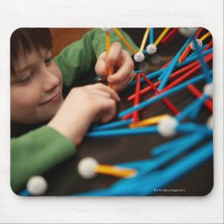 科学のプロジェクトのための男の子の接続の分子 マウスパッド